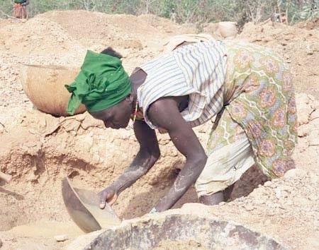 Guinea_Siguiri_miner_woman