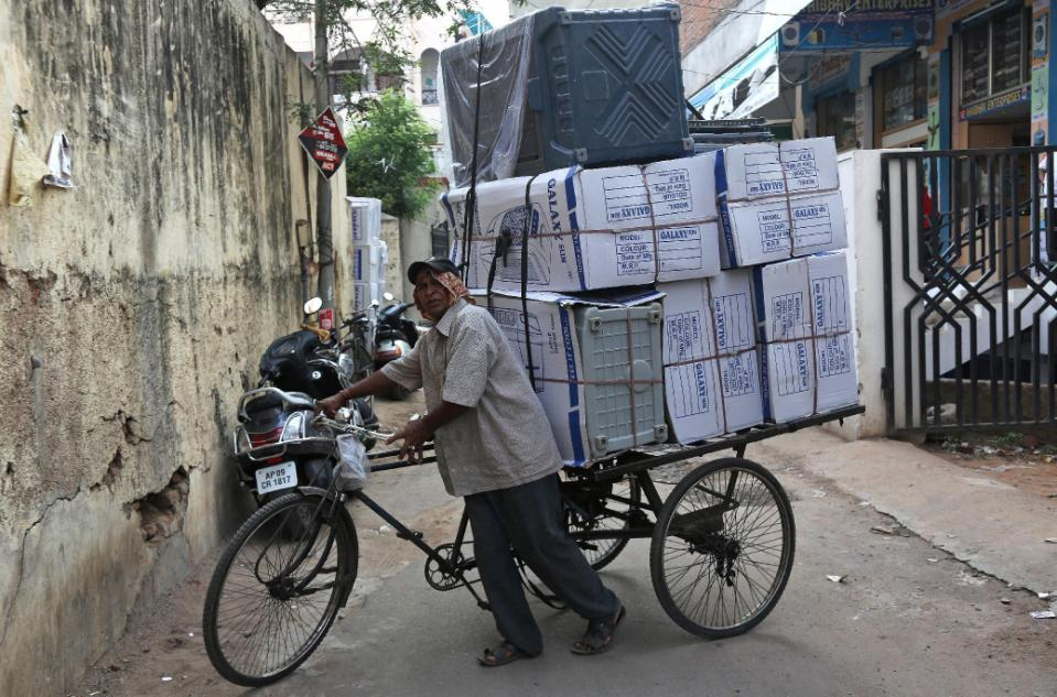 An Indian rickshaw puller transports a load of air coolers at a market on a hot summer day in Hyderabad, in the southern Indian state of Telangana, Saturday, May 30, 2015. Heat-related conditions, including dehydration and heat stroke, have killed more than 1,000 people in the southern Indian state of Andhra Pradesh and hundreds in Telangana since mid-April, according to state officials. (AP Photo/Mahesh Kumar A.)