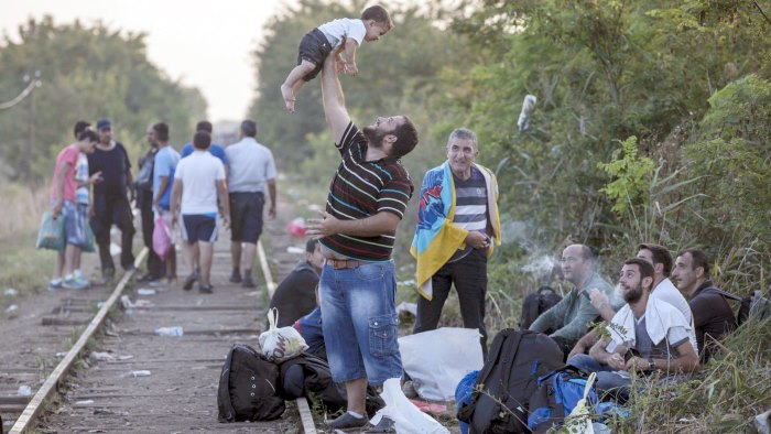 eu-refugees-hungarian-border-train-tracks