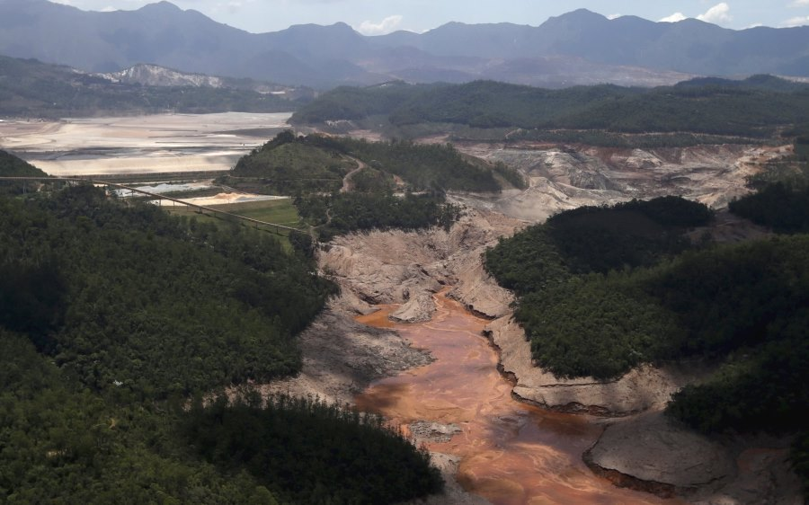 brazil mining toxic sludge atlantic dead missing catastrophe -4