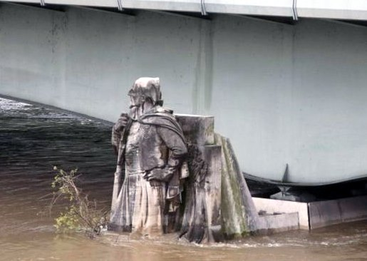 Waters are rising up the Zouave statue in Paris