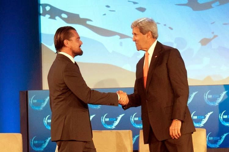 Leonardo-DiCaprio-hugged-John-Kerry-Our-Ocean-conference3