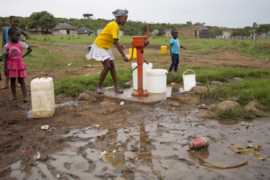 children-pump-water-durban-south-africa-drought-thirst